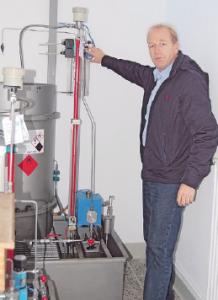 Avacon Mitarbeiter Kay Pohl zeigt in einer Gasstation in Giebelstieg wie der neue Duftstoff in die Gasleitungen gelangt.