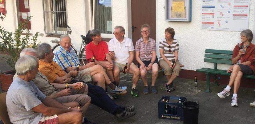 """Foto """"Walter Mahlendorf"""": Walter Mahlendorf (4.v.li.) bei seinem Besuch beim TKJ-Lauftreff und der TKJ-Sportabzeichen-Gruppe im Jahn-Sportpark."""